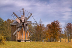Alte hölzerne Mühle in der Mitte von Europa Stockfoto