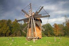 Alte hölzerne Mühle in der Mitte von Europa Stockfotos