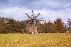 Alte hölzerne Mühle in der Mitte von Europa Stockbilder