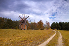 Alte hölzerne Mühle in der Mitte von Europa Lizenzfreies Stockfoto