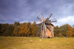 Alte hölzerne Mühle in der Mitte von Europa Stockbild