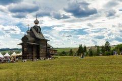 Alte hölzerne orthodoxe christliche Kirche auf dem Hügel urals Russland Stockbild