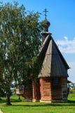 Alte hölzerne orthodoxe Kirche auf dem Gebiet des Suzdal der Kreml Lizenzfreies Stockfoto