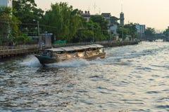 Alte hölzerne Passagierfähre laufen durch einen kleinen Kanal lizenzfreies stockfoto