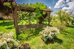 Alte hölzerne Pergola auf einem Bauernhof in Toskana Lizenzfreie Stockbilder