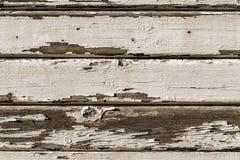 Alte hölzerne Planken knackten durch einen rustikalen Hintergrund Stockbild