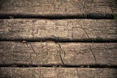 Alte hölzerne Planken knackten durch einen rustikalen Hintergrund Lizenzfreie Stockfotos