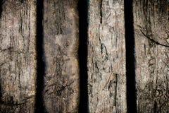 Alte hölzerne Planken knackten durch einen rustikalen Hintergrund Stockfoto