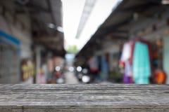 Alte hölzerne Planken mit Hintergrund ist unscharfes Bild der Wohngemeinschaft Stockbilder