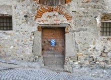 Alte hölzerne Plankentür an einem ruine Haus Lizenzfreies Stockbild