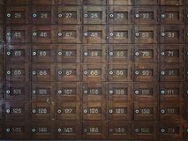 Alte hölzerne Postkästen Stockfoto