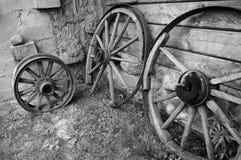 Alte hölzerne Räder des Warenkorbes. Stockbild