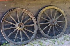 Alte hölzerne Räder für Pferdewarenkorb Freiluftmuseum, wo verschieden lizenzfreie stockfotos