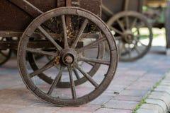 Alte hölzerne Räder für Pferdewarenkorb Freiluftmuseum, wo verschieden stockfotografie