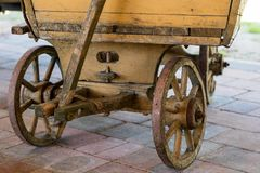 Alte hölzerne Räder für Pferdewarenkorb Freiluftmuseum, wo verschieden lizenzfreie stockfotografie