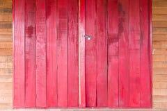 Alte hölzerne rote Tür Stockbild