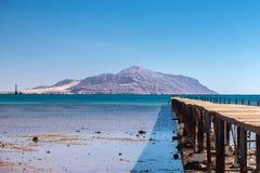Alte hölzerne ruinierte Brücke auf dem Weg zu Tiran-Insel Lizenzfreie Stockbilder