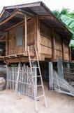 Alte hölzerne Scheune mit der Bambusleiter Stockbild