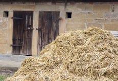 Alte hölzerne Scheunentüren mit einem Heuschober Stockfoto