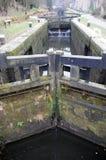 Alte hölzerne Schleusentoren auf dem rochdale narrowboat Kanal Stockfotografie