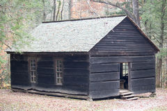 Alte hölzerne Schule im Wald Stockbild
