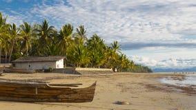 Alte hölzerne Seemannboote auf einem Strand stützen in Madagaskar, Afrika unter Lizenzfreies Stockbild
