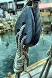 Alte hölzerne Segelbootflaschenzüge Lizenzfreie Stockbilder