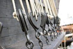 Alte hölzerne Segelbootflaschenzüge Stockbild