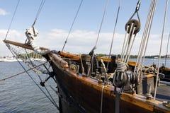 Alte hölzerne Segelbootseilrollen und -seile Stockbild