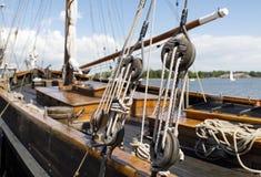 Alte hölzerne Segelbootseilrollen und -seile Stockfotos