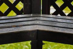 Alte hölzerne Sitzplätze im Garten lizenzfreie stockfotografie