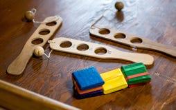 Alte hölzerne Spielwaren auf Anzeige lizenzfreies stockfoto