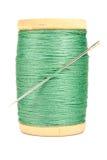Alte hölzerne Spule des Threads und der Nadel auf weißem Hintergrund Stockfoto