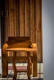 Alte hölzerne Stühle Stockbilder