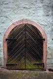 Alte hölzerne Tür auf mittelalterlichem Haus Stockfoto