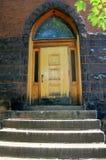 Alte hölzerne Tür in der Stein- und Ziegelsteinkirche Lizenzfreies Stockbild