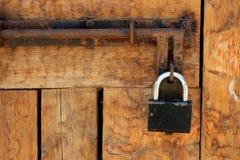 Alte hölzerne Tür gesperrt Stockfotos