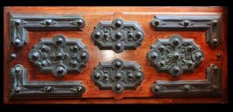 Alte hölzerne Tür mit Metallverzierungen Stockbilder