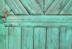 Alte hölzerne Tür mit Verriegelung Stockfotos