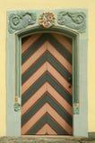Alte hölzerne Tür mit Verzierung Stockbilder