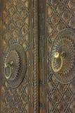 Alte hölzerne Tür mit Verzierungen Lizenzfreies Stockbild