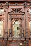 Alte hölzerne Tür mit Verzierungen Lizenzfreie Stockfotografie