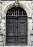 Alte hölzerne Tür mit Verzierungen Lizenzfreie Stockbilder