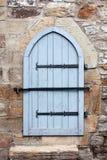 Alte hölzerne Tür mit Vorhängeschloß Stockfoto