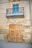 Alte hölzerne Tür und Balkon Stockbilder