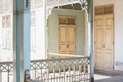 Alte hölzerne Tür und Blendenverschlüsse Stockfotografie