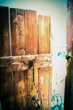 Alte hölzerne Tür und Riegel stockfotos