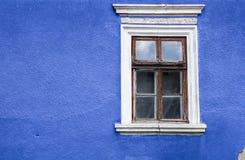 Alte hölzerne Türen und Fenster mit Anlage auf Wand Lizenzfreies Stockbild