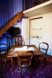 Alte hölzerne Tabelle in der kleinen Wohnung Lizenzfreies Stockfoto