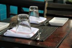 Alte hölzerne Tabelle eingestellt für das Mittagessen Stockfoto
